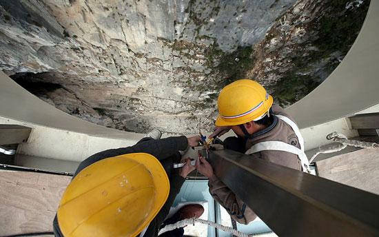 العمال الصينيون خلال بناء الجسر. -اليوم السابع -5 -2015