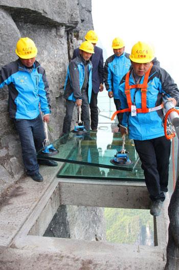 العمال الصينيون وتثبيت الجزء الأخير من الزجاج على سكاى ووك -اليوم السابع -5 -2015