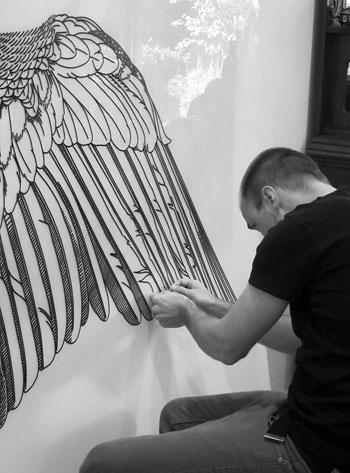 فنان يستخدم الخيوط بدلا الطلاء