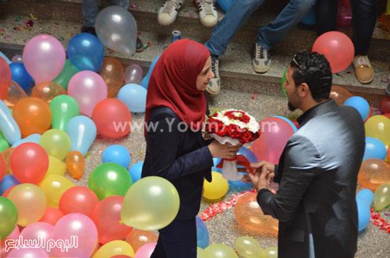 طالب إعلام يهدى حبيبته بوكيه ورد -اليوم السابع -5 -2015