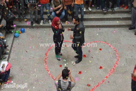 الطالبان يقفان داخل القلب بجامعة مصر للعلوم -اليوم السابع -5 -2015
