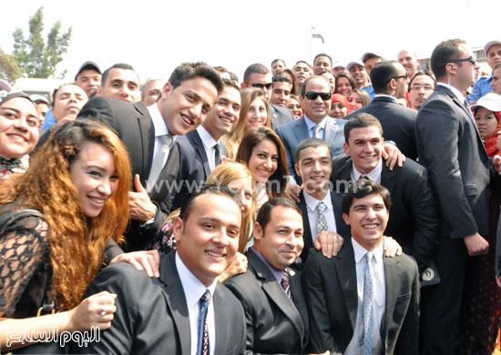 الرئيس السيسى يلتقط صورا تذكارية مع شباب الجامعات المشاركين فى حفل افتتاح مصانع إدارة المركبات  -اليوم السابع -5 -2015