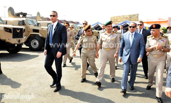 الرئيس السيسى يتفقد العربات المدرعة المنتجة داخل القوات المسلحة  -اليوم السابع -5 -2015