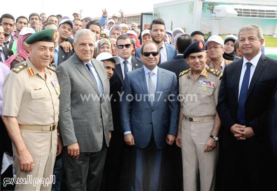 الرئيس مع محلب ووزيرى الدفاع والشباب ورئيس الأركان  -اليوم السابع -5 -2015