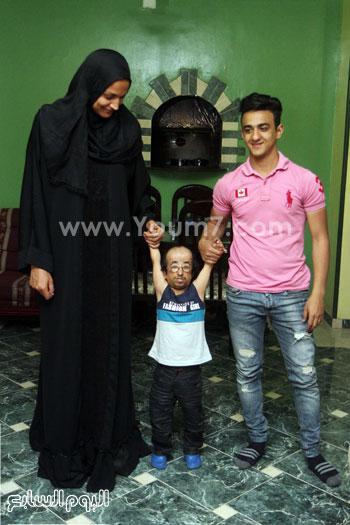 محمد عيد يتوسط شقيقه معاذ وزوجته وفاء -اليوم السابع -5 -2015
