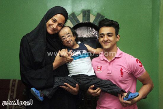 شقيق محمد عيد وزوجته يحملأنه -اليوم السابع -5 -2015