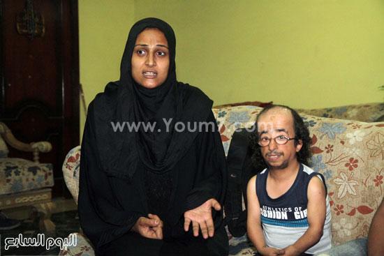 محمد عيد يجلس بجوار زوجته -اليوم السابع -5 -2015