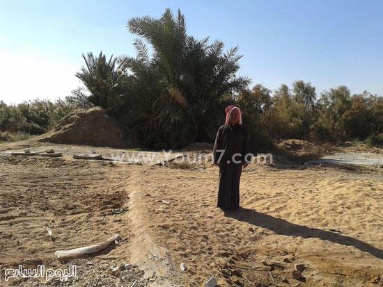 أحد الأهالى يقف بالقرب من منطقة الخزانات الخاصة بصرف القرية من المنازل -اليوم السابع -5 -2015