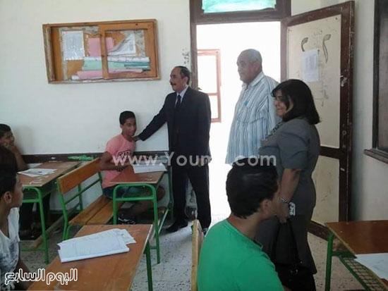 وكيل التربية والتعليم ترافق السكرتير العام فى جولته داخل المدارس -اليوم السابع -5 -2015