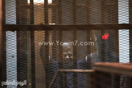 مرسى يلوح بيديه من داخل قفص الاتهام  -اليوم السابع -5 -2015