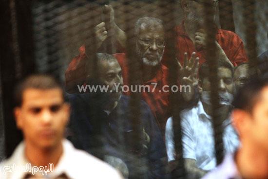 أحد المهتمين يرتدى زى الإعدام  -اليوم السابع -5 -2015