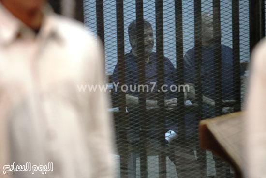 مرسى برفقة أحد المتهمين من داخل القفص الزجاجى  -اليوم السابع -5 -2015