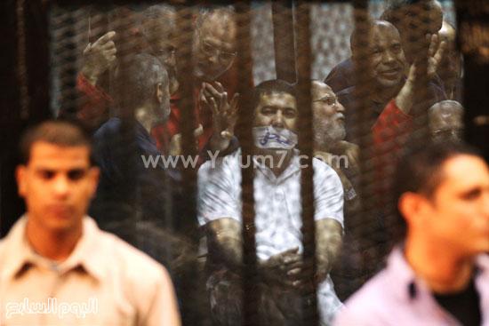 المتهم يضع شريطا على فمه مكتوب عليه صحفى  -اليوم السابع -5 -2015