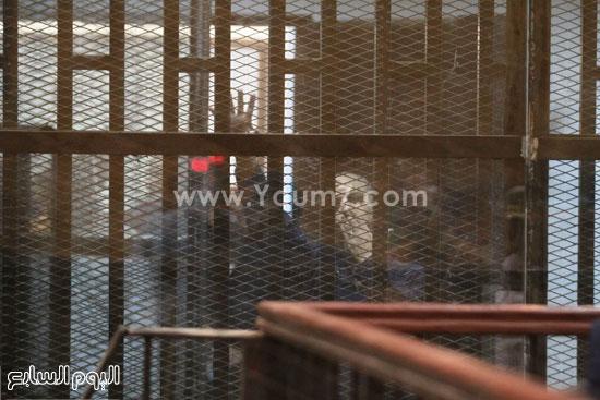 حد المهتمين يرفع علامة رابعة من داخل قفص الاتهام  -اليوم السابع -5 -2015