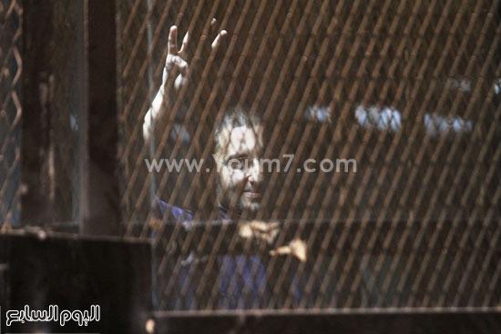 احد المتهمين يرفع علامة رابعة  -اليوم السابع -5 -2015