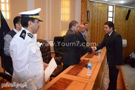 مدير أمن البحر الأحمر يكرم الرائد أحمد أنور رئيس مباحث قسم شرطة أول الغردقة -اليوم السابع -5 -2015