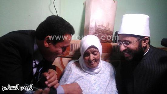 الوفد الرئاسى يسلم السيدة تأشيرة الحج -اليوم السابع -5 -2015