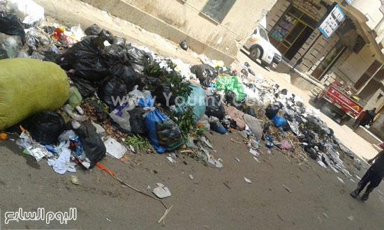 تراكم القمامة فى أحد الشوارع -اليوم السابع -5 -2015