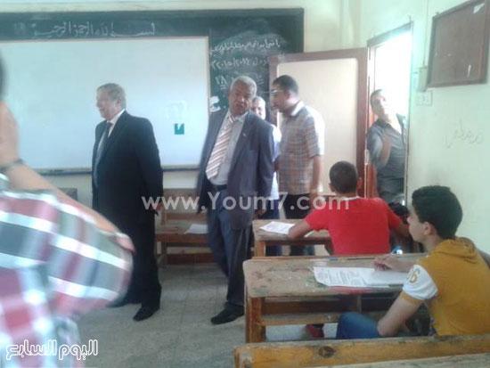 اللواء يس طاهر محافظ الإسماعيلية أثناء جولته فى لجان الامتحانات -اليوم السابع -5 -2015