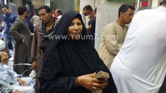 السيدة فتحية عقب تسلمها المبلغ المالى -اليوم السابع -5 -2015