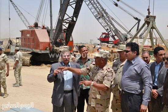 محافظ الإسماعيلية ووزير الرى أثناء تفقد سحارة سرابيوم  -اليوم السابع -5 -2015