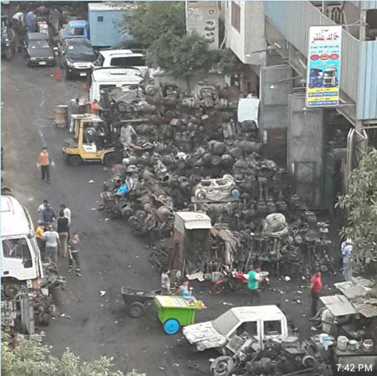 تلال من الخردة وبقايا السيارات القديمة والقمامة التى تهدد الأهالى -اليوم السابع -5 -2015