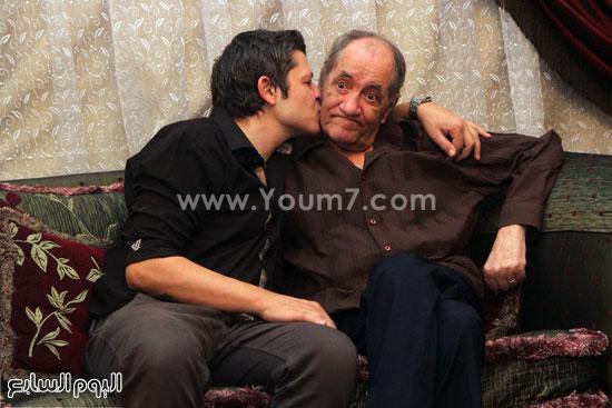 المطرب الشاب أحمد العطل يقبل والده ماهر العطار -اليوم السابع -5 -2015