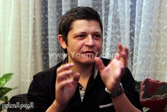 المطرب الشاب أحمد العطار أثناء حواره مع