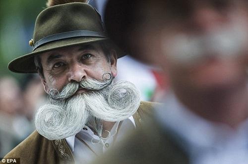 نوربرت Topf من ألمانيا يرتدى الزى البافارى التقليدى ويعرض لحية مؤثرة