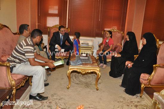 المحافظ يلتقى أسرة شهيد الشرطة  -اليوم السابع -5 -2015