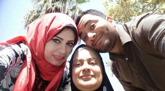 مع زوجته ووالدته -اليوم السابع -5 -2015