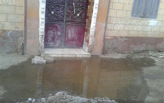 مياه الصرف الصحى تغرق شوارع منطقة كمبش الحمراء ببنى سويف  -اليوم السابع -5 -2015