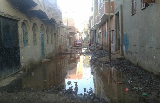 أهالى القرية يطالبون بوقف عمل خط المياه لعدم اختلاط مياه الشرب بمياه الصرف الصحى   -اليوم السابع -5 -2015