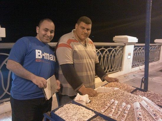أحمد عبيد يلقتط صورة مع الشاب عمرو أمام عربة الفول واللب  -اليوم السابع -5 -2015