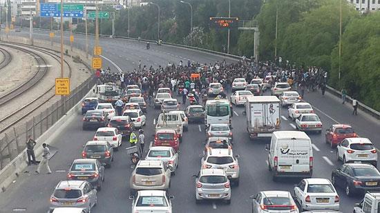 المتظاهرون يقفون فى وجه السيارات  -اليوم السابع -5 -2015