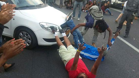متظاهران يعطلان حركة السيارات -اليوم السابع -5 -2015