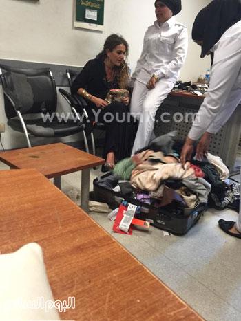 تفتيش حقيبة سيدة المطار  -اليوم السابع -5 -2015