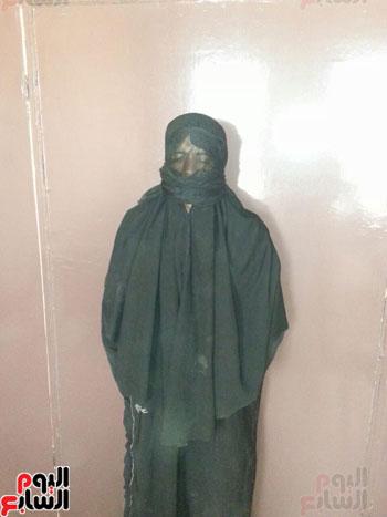 ضبط عاطل من سوهاج يرتدى ملابس حريمى ونقاب للتسول بمطروح (1)