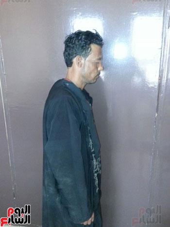 ضبط عاطل من سوهاج يرتدى ملابس حريمى ونقاب للتسول بمطروح (2)