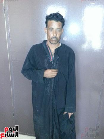 ضبط عاطل من سوهاج يرتدى ملابس حريمى ونقاب للتسول بمطروح (3)