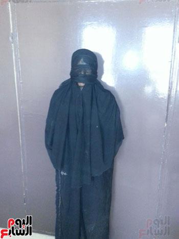 ضبط عاطل من سوهاج يرتدى ملابس حريمى ونقاب للتسول بمطروح (4)