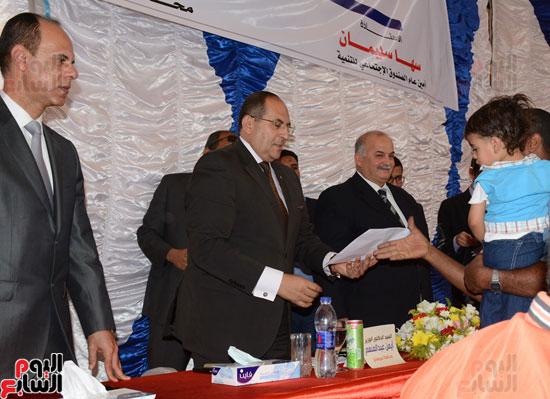 ايمن عبد المنعم محافظ سوهاج باحتفالية تسليم 63 تاكسى باستاد سوهاج (2)