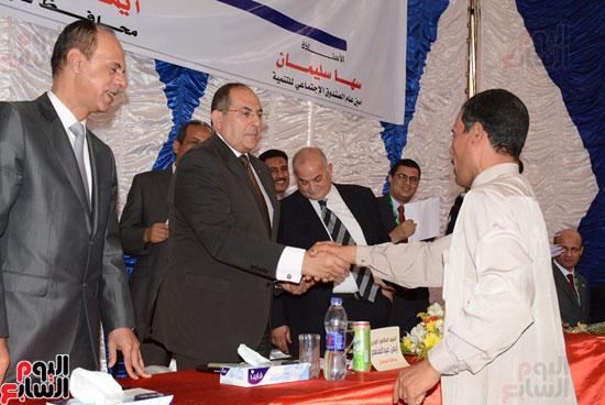 ايمن عبد المنعم محافظ سوهاج باحتفالية تسليم 63 تاكسى باستاد سوهاج (5)