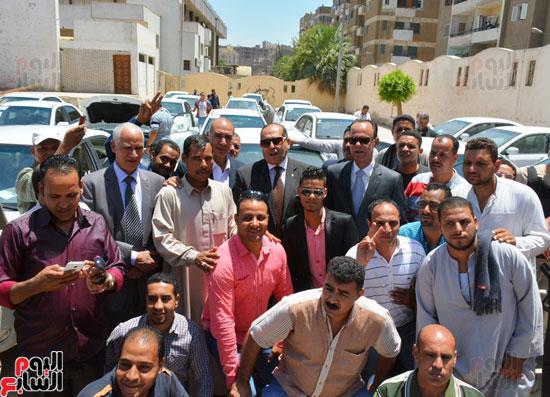 ايمن عبد المنعم محافظ سوهاج باحتفالية تسليم 63 تاكسى باستاد سوهاج (6)