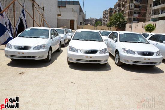 ايمن عبد المنعم محافظ سوهاج باحتفالية تسليم 63 تاكسى باستاد سوهاج (7)