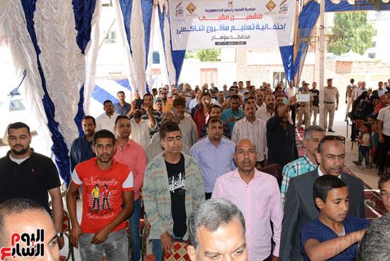 ايمن عبد المنعم محافظ سوهاج باحتفالية تسليم 63 تاكسى باستاد سوهاج (13)
