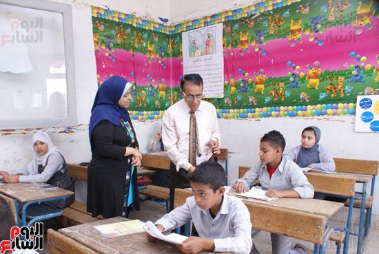وكيل-وزارة-التربية-والتعليم-بالسويس-يتابع-سير-الامتحانات--(1)