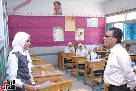 وكيل-وزارة-التربية-والتعليم-بالسويس-يتابع-سير-الامتحانات--(2)