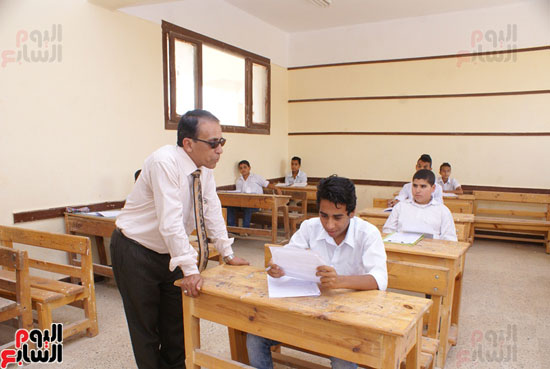 وكيل-وزارة-التربية-والتعليم-بالسويس-يتابع-سير-الامتحانات--(3)