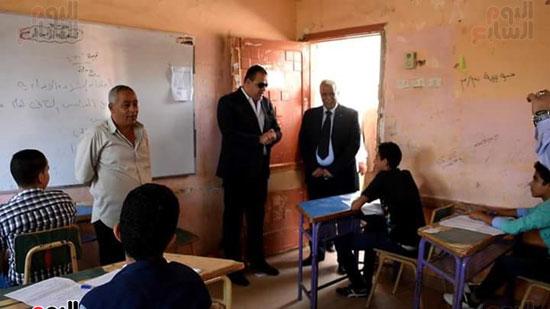 محافظ الفيوم يتفقد لجان الامتحانات (2)